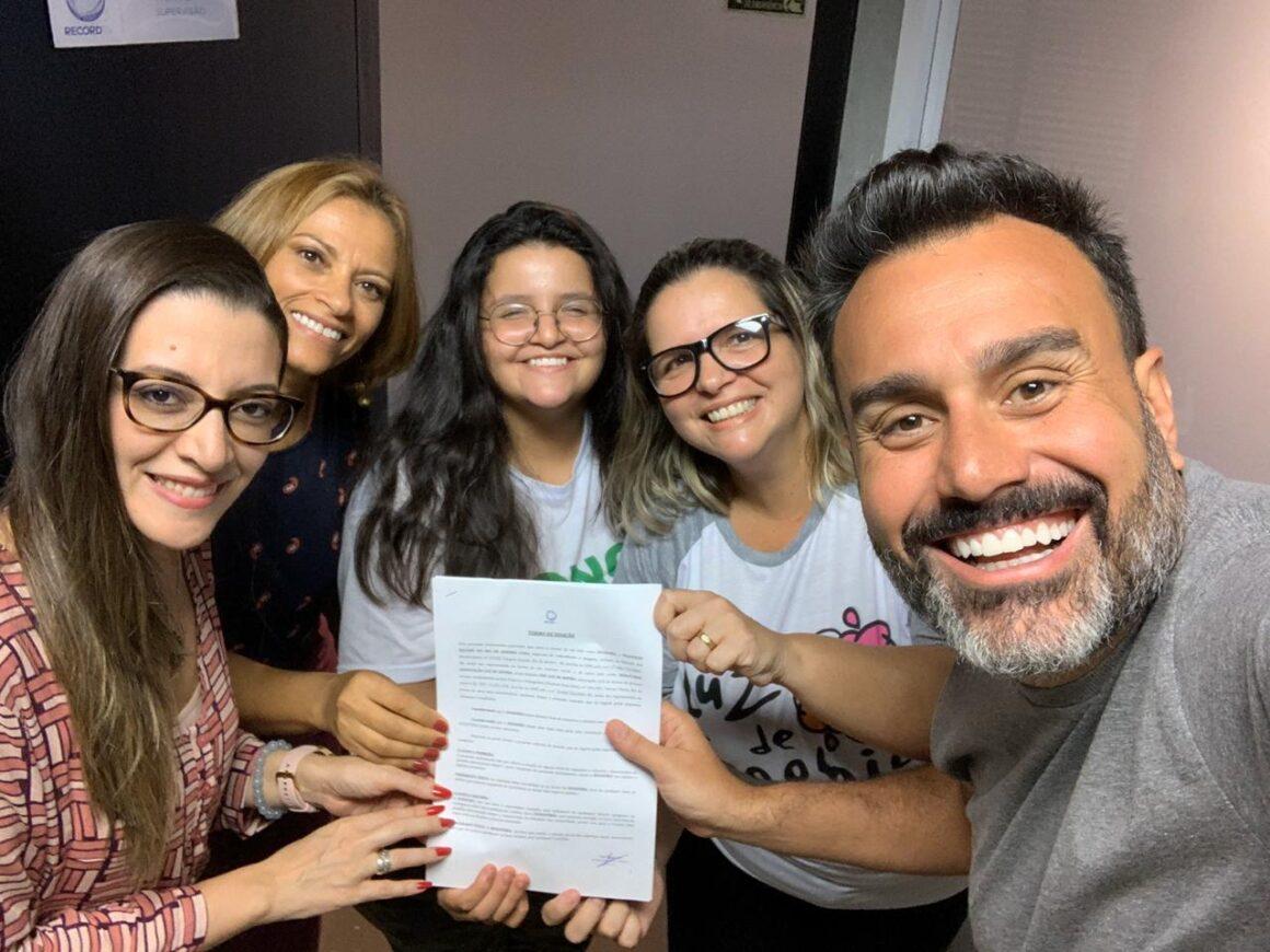 Record TV Rio faz doação de acervo de figurino para ONG Luz de Sophia